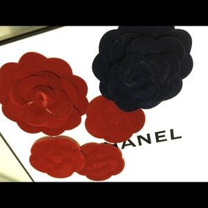 Set of 5 CHANEL CAMELIA Rose 4 reds 1 blue velvet
